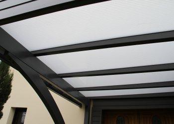 Carport en bois avec toiture très lumineuse