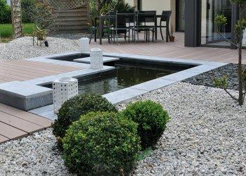 bassin d'eau et terrasse