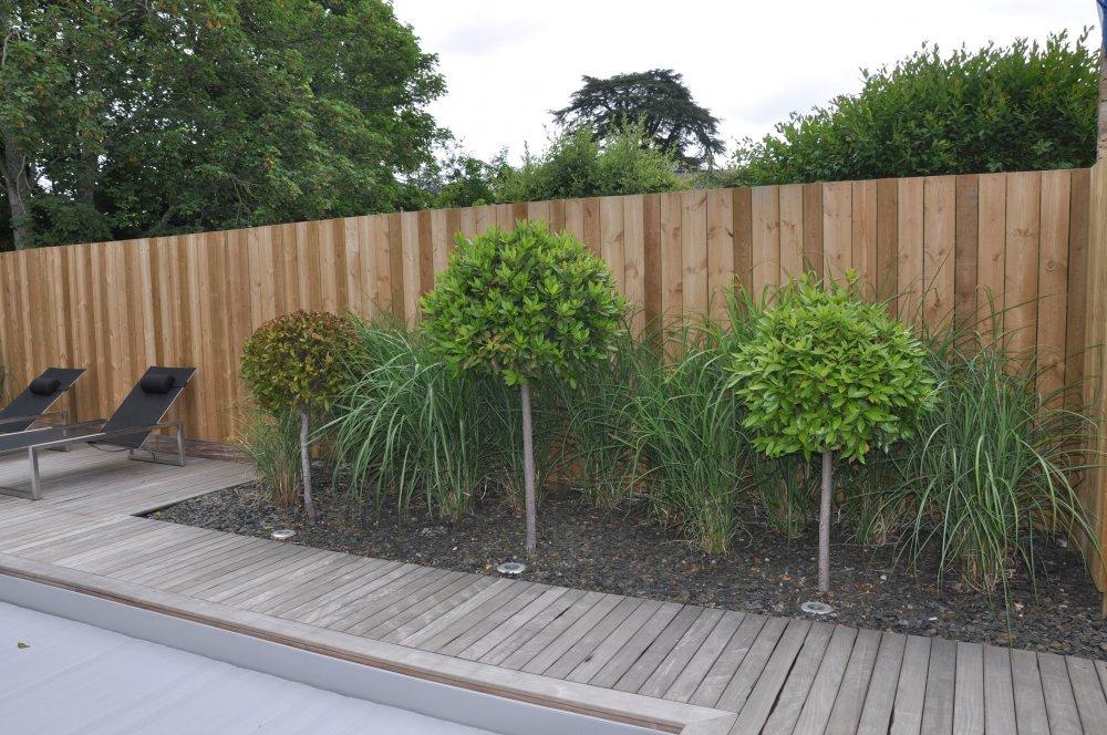 plantes exterieur terrasse amnager une terrasse avec coin repos chaises bois sur un gazon. Black Bedroom Furniture Sets. Home Design Ideas