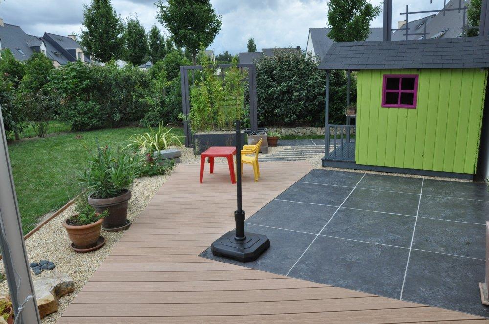terrasse sur mesure avec un mélange de matériau bois et carrelage