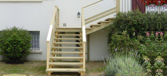 Escalier bois avec acc s balcon dj cr ation for Escalier balcon exterieur