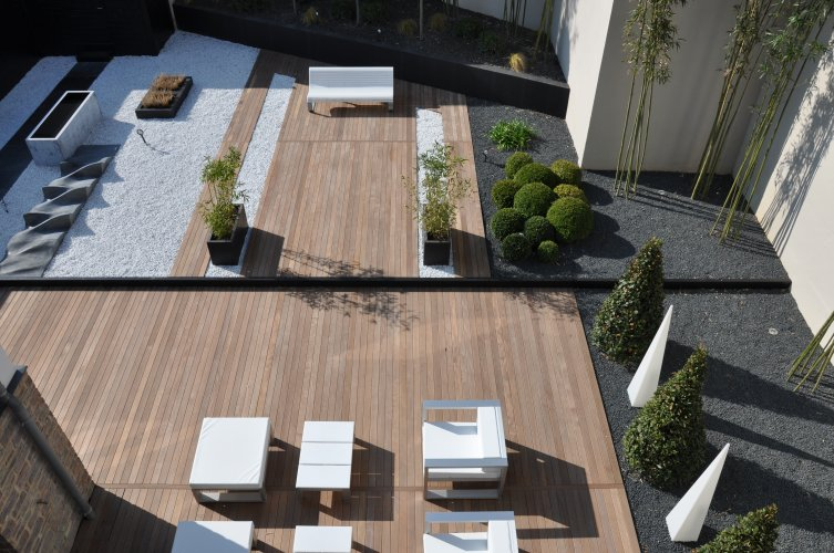 Terrasse contemporaine carrelage for Exterieur piscine jardin