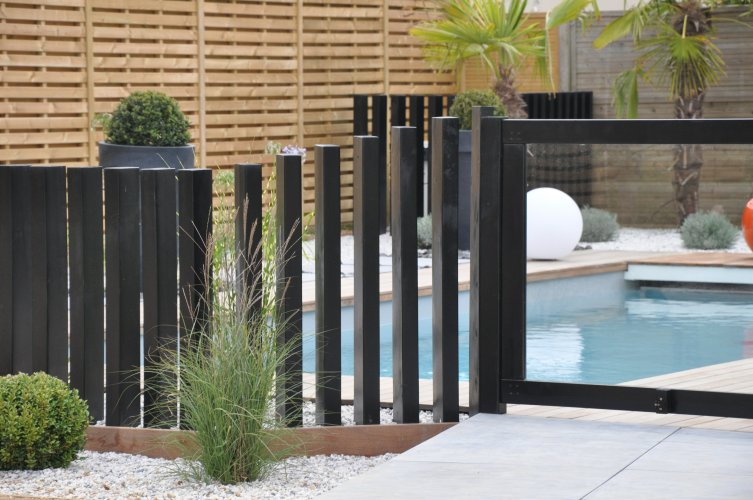Palissage et portillon bois noir dj cr ation for Portillon piscine bois